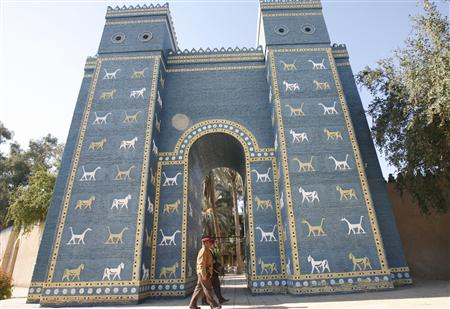 Iraqi soldiers walk past a replica of the Ishtar Gate of Ancient Babylon, 135 km (85 miles) south of Baghdad, January 13, 2009. (Reuters photo)