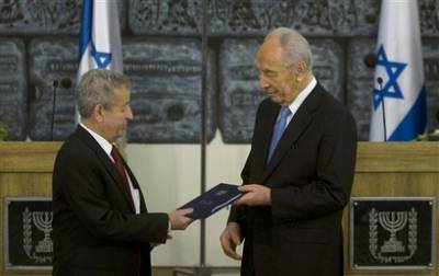 Israel's President Shimon Peres, right, receives the official Israeli election results from Deputy President of the Supreme Court of Israel Eliezer Rivlin at Peres' residence in Jerusalem, Wednesday, Feb. 18, 2009. (AP photo)