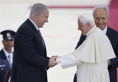 Israeli Prime Minister Netanyahu greets the Pope at Ben Gurion Airport.