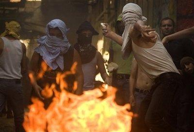 Palestinian men attack Israeli police in Jerusalem