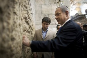 Israel's Prime Minister Benjamin Netanyahu places a note in the Western Wall in Jerusalem's Old City after casting his ballot for the parliamentary election January 22, 2013. (Reuters photo)