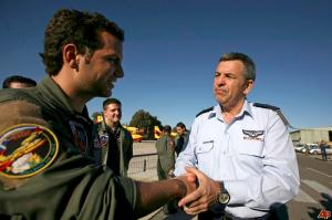 Former Israeli Air Force chief of staff Ido Nehushtan (right).