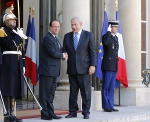 Netanyahu meets with Hollande on a previous state visit to Paris.