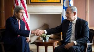 Israeli Prime Minister Benjamin Netanyahu (R) shakes hands with US Secretary of State John Kerry during a meeting on November 6, 2013 in Jerusalem (AFP Photo/Jason Reed)