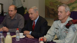 Prime Minister Benjamin Netanyahu (center), Defence Minister Moshe Ya'alon and IDF Chief of Staff Benny Gantz in a meeting on January 27, 2014. (photo credit: Amos Ben Gershom/GPO/Flash90/Times of Israel)
